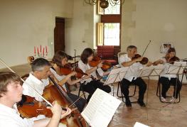 L' Orchestre de l' Ecole de Cordes du Loudunais, dirigé par Nicolas Verdon, en concert le Dimanche 02 Aout 2009 au Chateau de la Fuye, à Chaseignes dans le cadre des Nuits Romanes de Mouterre-Silly , à 15 km de Thouars, à 10 km de Loudun, à 65 km de poitiers, à 40 km de Parthenay, à 20 km d'Airvault, à 40km de Bressuire.